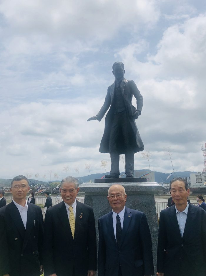 写真左より、制作者の小原氏、薩摩川内市長・岩切氏、顕彰委員会会長・山元浩義氏、同幹事長・中野氏